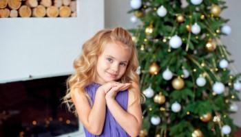 Снежинки, елочки, веночки: красивые новогодние прически для девочек на утренники