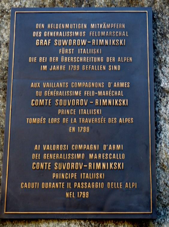 Das Denkmal erinnert an die gefallenen Soldaten des Generals Suworows.