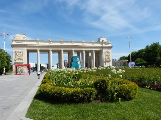 Noch ein Park, diesmal ein alter Bekannter, der Gorkipark. Vor dem Eingang stehen Hallen in denen Künstler ihre Gemälde ausstellen.