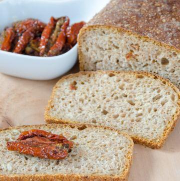 Chleb na zakwasie z suszonymi pomidorami
