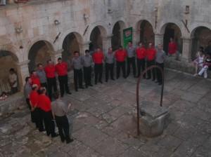 Ekskluzivna snimka klape u procesu dijeljenja. Osam članova klape ''Špurtila'' za vrijeme svog prvog nastupa crvene košulje mijenjaju sivima i na taj način postaju klapa ''Gajeta''