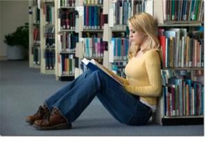 Sav razmjer katastrofe izazvane nemogućnošću pisanja svojih statusa i lajkanja tuđih prikazuje ova slika djevojke koja je iz očaja i dosade počela čitati pravu pravcatu knjigu.