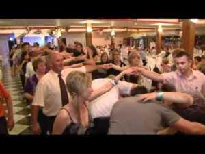 Ako se želite riješiti matuzalema na svadbi povedite tzv. ''reuma ples''. Stariji svatovi neće odoljeti da u njemu sudjeluju, isto kao što i njihova križa neće odoljeti da se nepovratno saviju kad pognu glavu da bi prošli ispod vaših ruku