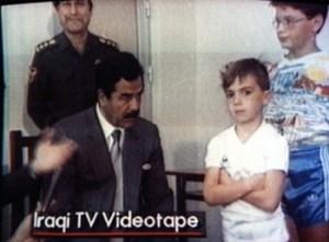 Stojeći prekriženih ruku dječak nije ni pogledao Saddama. A pomislio bi čovjek da ovaj zna s djecom obzirom da ih je imao preko 50