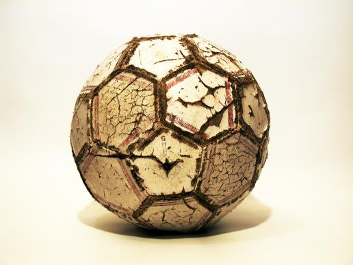 """Ovako je lopta izgledala nakon što bi je dohvatili stariji momci. Za razliku od danas tada nije bilo razgovora ni mogućnosti da se loptu ne """"posudi"""""""