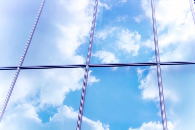 窓の外の青空がすがすがしい
