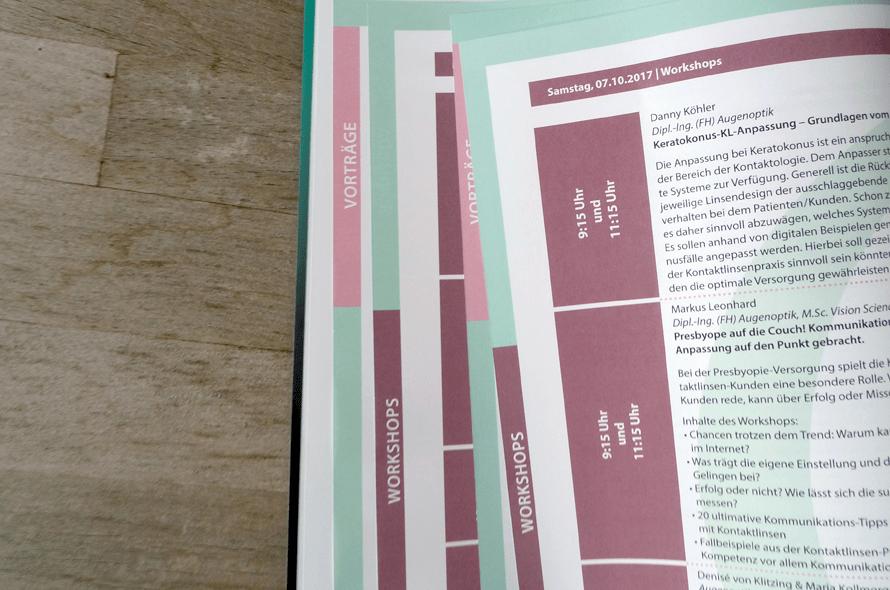 Programmbroschüre mit farbige Reiter am Heftrand