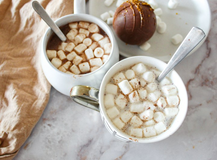 2 mugs with hot chocolate and marshmallows