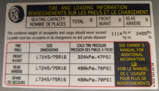 B-pillar sticker showing actual payload capacity and tire pressures