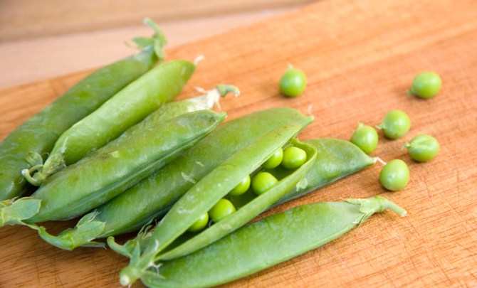 health-benefit-green-pea-legume-vegetable-garden-summer-farmer-market-produce-diet-eat-food-nutrition-spry