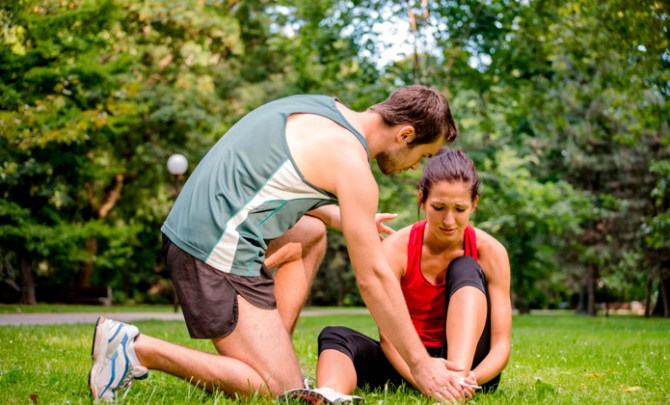 runner-injury-woman-man-park