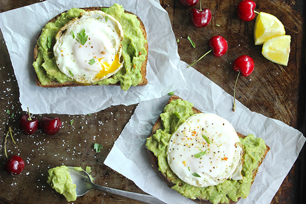 Skinny-Fried-Egg-and-Avo-Toast-Perfect-breakfast-YUM
