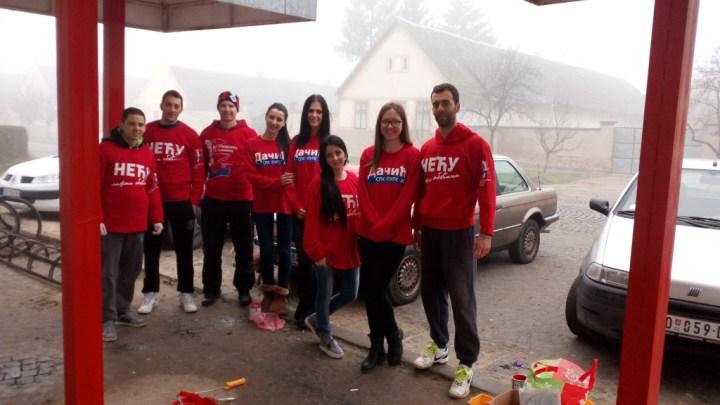 Млади социјалисти у акцији фарбања главне аутобуске станице у Пригревици.