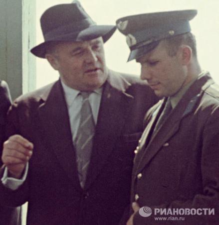 En la foto: 1961. El diseñador jefe de los primeros cohetes espaciales soviéticos, el académico Serguei Koroliov, y el piloto-cosmonauta de la URSS Yuri Gagarin antes del lanzamiento al espacio. © RIA Novosti.