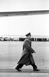 El 14 de abril de 1961, Yuri Gagarin en el aeropuerto Vnukovo (Moscú) se dirige al líder soviético, Nikita Jruschov, para informarle sobre la realización del vuelo. © Alexandr Sergeev