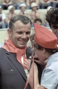 1963. El cosmonauta Yuri Gagarin en una reunión con los pioneros. © RIA Novosti. Tunkel.