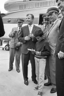06 de octubre de 1965. Youri Gagarin dió autógrafos y posó con los hombres de la aviación enSalon de l'Aéronautique du Bourget (Foto por Jean-Claude Deutsch / Paris Match a través de Getty Images)