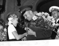 11 de julio 1961: El primer cosmonauta, de la Unión Soviética, Mayor Yuri Gagarin recibe un ramo de flores de una niña al llegar a la embajada soviética en Londres. (Photo by Fox Photos / Getty Images)