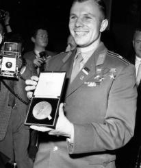 11 de julio 1961: El Mayor Yuri Gagarin, mostrando una medalla otorgada a él por la Sociedad Interplanetaria Británica en una conferencia de prensa en Londres. (Photo by Fox Photos / Getty Images)