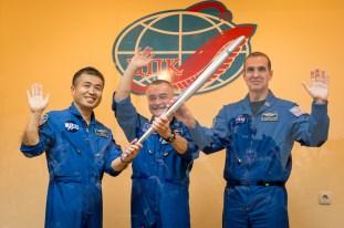 Koichi Wakata, Mikhail Tyurin y Rick Mastraccio sostienen la antorcha olímpica de Sochi 2014. (Créditos: RKK Energia).