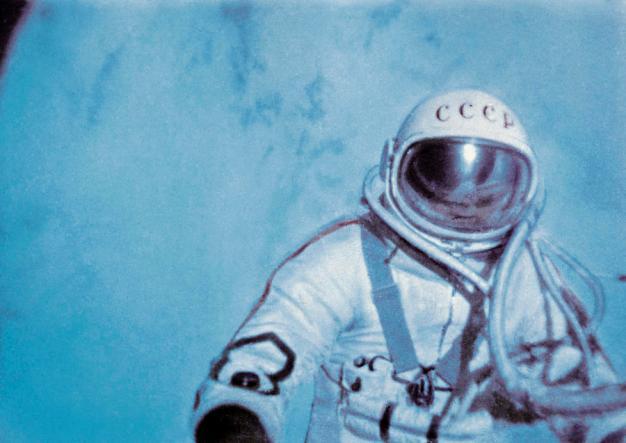 Alexéi Leonov realizando la primera caminata espacial de la historia. Foto: RIA Novosti.