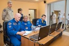 El Ingeniero de Vuelo Alexander Gerst de la Agencia Espacial Europea (izquierda), el comandante de la Soyuz Maxim Suraev de la Agencia Federal Espacial de Rusia, Roscosmos (centro) y el ingeniero de vuelo de la NASA Reid Wiseman (derecha) realizan prácticas técnicas en su encuentro con la EEI, en simuladores portátiles el 21 de mayo hacia la recta final de su entrenamiento previo al lanzamiento. Crédito de la imagen: NASA / Victor Zelentsov.