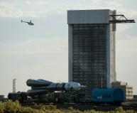 El cohete Soyuz-FG portador de la nave espacial Soyuz TMA-13M pasa cerca de un edificio de ensamblaje Energya, mientras es llevado a la plataforma de lanzamiento en tren el Lunes, 26 de mayo 2014, en el Cosmódromo de Baikonur en Kazajstán. Crédito de la imagen: (NASA / Joel Kowsky).