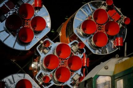El cohete Soyuz-FG portador de la nave espacial Soyuz TMA-13M es llevado a la plataforma de lanzamiento en tren el Lunes, 26 de mayo 2014, en el Cosmódromo de Baikonur en Kazajstán. Crédito de la imagen: (NASA / Joel Kowsky).