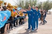 Expedición 40/41, el comandante de la Soyuz Maxim Suraev de la Agencia Espacial Federal Rusa, Roscosmos (izquierda), el Ingeniero de vuelo Alexander Gerst de la Agencia Espacial Europea (centro) y el Ingeniero de vuelo Reid Wiseman de la NASA, son recibidos por simpatizantes locales en el Cosmódromo de Baikonur, en Kazajstán, el 15 de mayo como parte de las actividades finales previas al lanzamiento. Crédito de la imagen: NASA / Victor Zelentsov.