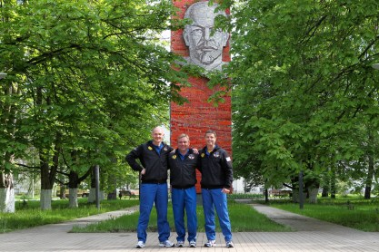 Con la efigie de Vladimir Lenin como fondo en el Centro de Entrenamiento de Cosmonautas Gagarin en la Ciudad de Las Estrellas, Rusia, la Expedición 40/41 formada por el comandante de la Soyuz Maxim Suraev de la Agencia Espacial Federal Rusa, Roscosmos (centro), el ingeniero de vuelo Alexander Gerst de la Agencia Espacial Europea (izquierda) y el ingeniero de vuelo de la NASA Reid Wiseman, posan para fotografias el 15 de mayo, antes de su partida hacia el cosmódromo de Baikonur en Kazajstán para su formación previa al lanzamiento. Crédito de la imagen: NASA.