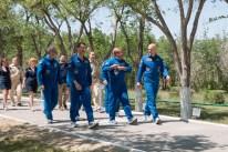 En las cercanias del Hotel del Cosmonauta en Baikonur, Kazajstán, la Expedición 40/41 integrada por el ingeniero de vuelo de la NASA Reid Wiseman (primera fila, izquierda), el comandante de la Soyuz Maxim Suraev de la Agencias Espacial Federal de Rusia, Roscosmos, (adelante al centro) y el Ingeniero de Vuelo Alexander Gerst de la Agencia Espacial Europea (derecha) dan un paseo por el Valle de los Cosmonautas, el 21 de mayo como parte de sus ceremonias tradicionales de preparación previas al lanzamiento. Detrás de Wiseman están los miembros de la tripulación de respaldo. Crédito de la imagen: NASA / Victor Zelentsov.