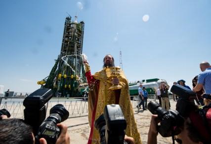 El ortodoxo, padre Job, bendice a los miembros de los medios de comunicación en la plataforma de lanzamiento en el cosmódromo de Baikonur en Kazajstán, Martes, 27 de mayo 2014. Crédito de la imagen: (NASA / Joel Kowsky).