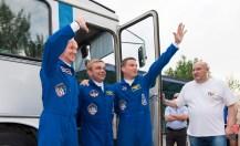 Expedición 40: el ingeniero de vuelo Alexander Gerst, de la Agencia Espacial Europea, ESA, a la izquierda, el comandante de la Soyuz Maxim Suraev, de la Agencia Espacial Federal Rusa, Roscosmos (al centro) y el Ingeniero de Vuelo Reid Wiseman de la NASA (derecha), en sus dependencias del Hotel delCosmonauta el miércoles, 28 de mayo 2014 en Baikonur, Kazajistán. Crédito de la imagen: (NASA / Joel Kowsky).