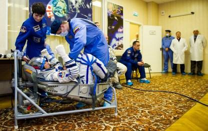 Expedición 40: el ingeniero de vuelo Reid Wiseman de la NASA en su traje ruso presurizado Sokol en preparación para su lanzamiento a bordo de la nave espacial Soyuz TMA-13M el Miércoles, 28 de mayo 2014 en el cosmódromo de Baikonur en Kazajstán. La nave espacial Soyuz con Wiseman, el comandante de la Soyuz Maxim Suraev de la Agencia Espacial Federal Rusa, Roscosmos, y el Ingeniero de Vuelo Alexander Gerst de la Agencia Espacial Europea, ESA, tiene previsto su lanzamiento a las 1:57 am hora de Kazajstán el Jueves, 29 de mayo . (NASA / GCTC / Irina Peshkova).