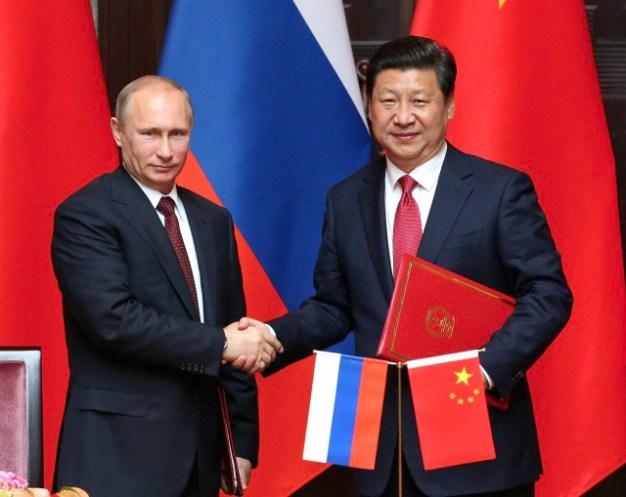 20 de mayo 2014, Shanghái. El presidente de China, Xi Jinping (Der) y el presidente ruso Vladimir Putin, firman una declaración conjunta destinada a ampliar la cooperación en todos los campos y coordinación de los esfuerzos diplomáticos para cimentar las relaciones de China-Rusia, una asociación estratégica integral de cooperación se ha consolidado después de las conversaciones en Shanghai. Foto: © Pang Xinglei / Xinhua Press.