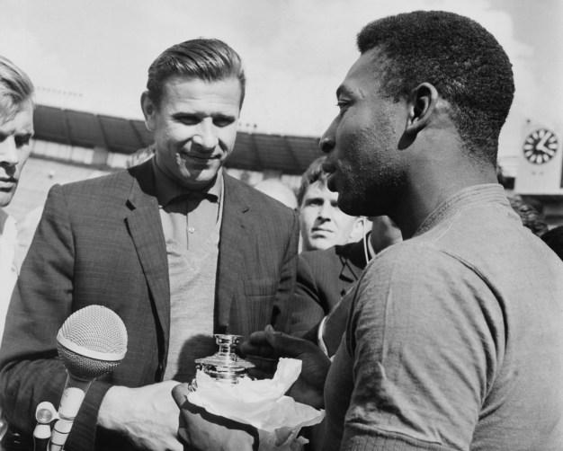 Lev Yashin y Pelé intercambian recuerdos. Moscú, Unión Soviética. 01/07/1965. Foto: Getty Images.