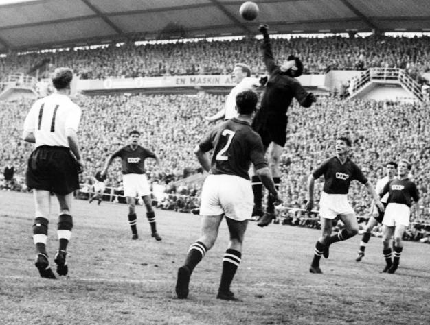 Copa mundial de 1958. Inglaterra: 2, la URSS: 2. Lev Yashin golpea el balón, lejos del jugador inglés durante el primera partido entre la Unión Soviética e Inglaterra. Goteborg, Suecia. 08 de Junio de 1958. Foto: STAFF/AFP/Getty Images.