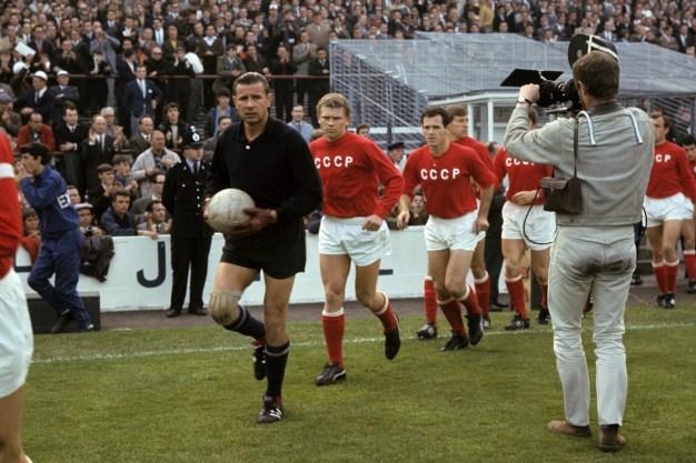Copa Mundial de 1966, Lev Yashin liderando la selección soviética durante la semifinal contra la RFA. Foto: Dukhovnik/RIA Novosti.