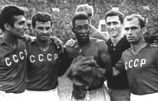 El futbolista brasileño Pelé (Cent), junto a los futbolistas soviéticos, entre ellos Mikhail Meskhi (Der) y el mediocampista Georgy Sichinava (2do Der), 02/06/1965. RSS de Georgia, Unión Soviética Foto: Nino Meliya/RIA Novosti.