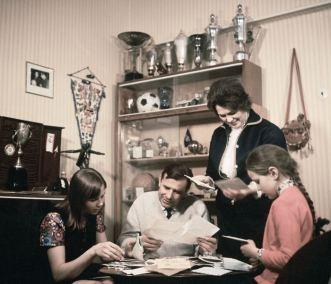 El famoso jugador de fútbol Lev Yashin con su familia. Su hija Irina (Izq), su esposa Valentina (Der) y su hija Lena. 25/05/1971. Foto: V. Shandrina/Fotocrónica TASS.