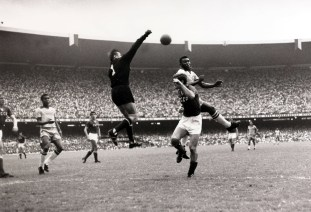 Rio de Janeiro, estadio de Maracaná, 21 de Noviembre de 1965, Brasil: 2, la URSS: 2. El portero soviético Lev Yashin sale a golpear el balón desviando un cabezazo de Pelé que salta sobre el defensa soviético. 21/11/1965. Foto: Getty Images.