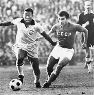 Partido entre la URSS y Brasil, Pelé (Izq) y Georgi Sichinava (Der), disputan el partido en el Estadio Lenin, Moscú, 4 de Julio de 1965. Captura: Federación de Fútbol de la URSS.