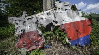 Fragmento de la cabina con importantes daños aparentemente causados por metralla. Foto: © AFP/Getty Images/Bulent Kilic.