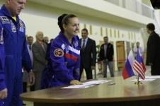 JSC2014-E-079007 (03 de septiembre 2014) --- En el Centro de Entrenamiento de Cosmonautas Gagarin en Star City, Rusia, la Ingeniero de Vuelo Elena Serova de la Agencia Espacial Federal Rusa (derecha) esboza una sonrisa el 03 de septiembre, mientras Barry Wilmore de la NASA (izquierda) observa al comienzo de los exámenes de calificación final. Crédito de la imagen: NASA/Stephanie Stoll.