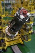 JSC2014-E-081139 (18 de septiembre 2014) --- Preparandose para su emplazamiento en el Cosmódromo de Baikonur, en Kazajstán, la nave espacial Soyuz TMA-14M se encuentra lista para su encapsulación en la etapa superior del cohete Soyuz-FG. Crédito de la imagen: NASA/Victor Zelentsov.