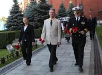 JSC2014-E-079813 (05 de septiembre 2014) --- La Ingeniero de Vuelo Elena Serova de la Agencia Espacial Federal Rusa (Roscosmos, izquierda), el comandante de la Soyuz Alexander Samokutyaev de Roscosmos (centro) y el Ingeniero de Vuelo de la NASA Barry Wilmore (derecha) caminan a lo largo del muro del Kremlin en la Plaza Roja de Moscú el 05 de septiembre ahí colocaron flores en los sitios donde los iconos espaciales rusos están enterrados, parte de una ceremonia tradicional. Crédito de la imagen: NASA/Stephanie Stoll.