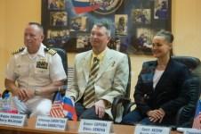 201409240007hq (24 de septiembre 2014) --- Expedición 41: los miembros de la tripulación, el ingeniero de vuelo Barry Wilmore de la NASA, el comandante de la Soyuz Alexander Samokutyaev de la Agencia Espacial Federal Rusa (Roscosmos), y la ingeniero de vuelo Elena Serova de Roscosmos, son vistos durante una reunión de la Comisión para aprobar el lanzamiento de Soyuz. Crédito de la imagen: NASA/Aubrey Gemignani.