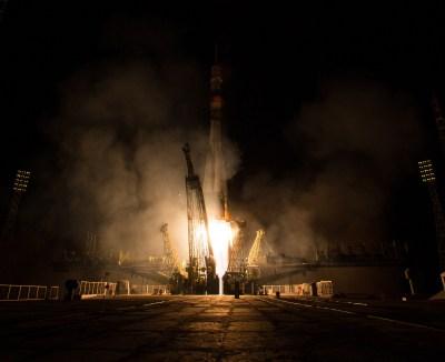 201409260007HQ Lanzamiento del cohete con la nave Soyuz TMA-14M desde el cosmódromo de Baikonur en Kazajstán el Viernes, 26 de septiembre 2014, la Expedición 41 de la Soyuz conformada por el Comandante Alexander Samokutyaev de la Agencia Espacial Federal Rusa (Roscosmos), la ingeniero de vuelo Elena Serova de Roscosmos, y el ingeniero de vuelo Barry Wilmore de la NASA, entrarán en órbita para comenzar su misión de 5 meses y medio en la Estación Espacial Internacional. Crédito de la imagen: NASA/Aubrey Gemignani.