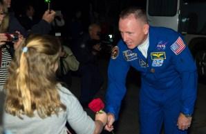 201409250012HQ Expedición 41, el ingeniero de vuelo Barry Wilmore de la NASA, da una rosa a su hija Daryn, antes de salir del Hotel del Cosmonauta preparándose para el lanzamiento de su Soyuz a la Estación Espacial Internacional el Jueves, 25 de septiembre 2014, en Baikonur, Kazajstán. Credito de la imagen: NASA/Aubrey Gemignani.