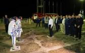 201409250032HQ Oleg Ostapenko, Director General de la Agencia Espacial Federal Rusa (Roscosmos), al centro, saluda a la Expedición 41 conformada por el comandante de la Soyuz Alexander Samokutyaev de la Agencia Espacial Federal Rusa (Roscosmos), la ingeniero de vuelo Elena Serova de Roscosmos, y el ingeniero de vuelo Barry Wilmore de la NASA en el la plataforma de lanzamiento en el jueves, 25 de septiembre 2014 en el Cosmódromo de Baikonur en Kazajstán. Crédito de imagen: NASA/Joel Kowsky.